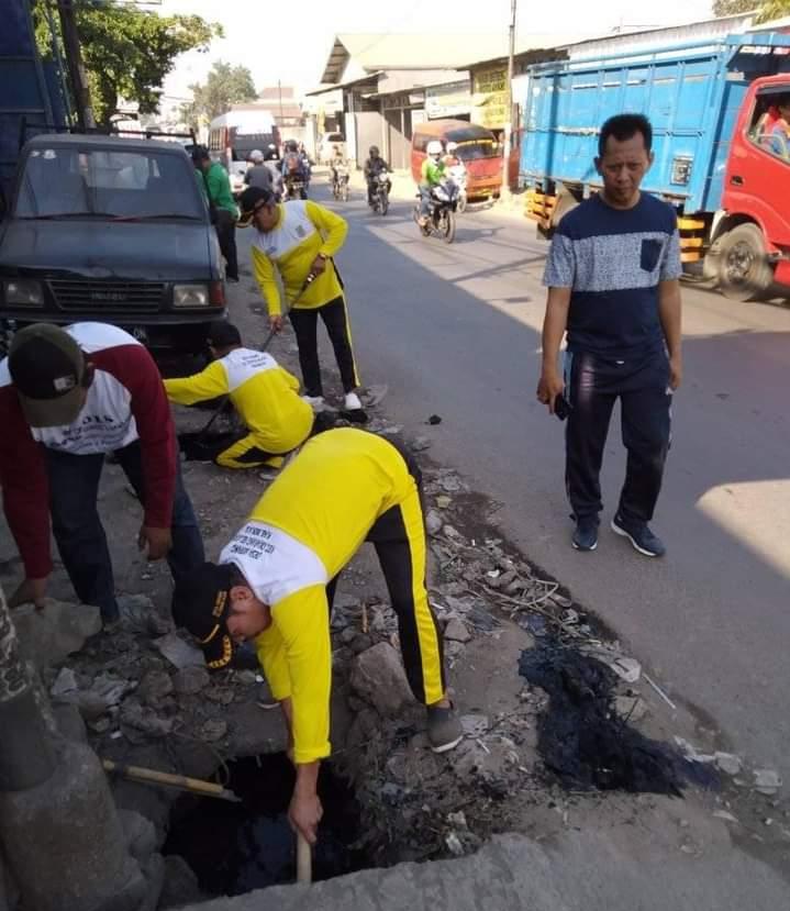 Kepala Desa Serang mengajak Jajarannya melaksanakan Rutinitas Jumsih (Jum'at Bersih) sebagai contoh untuk warganya.